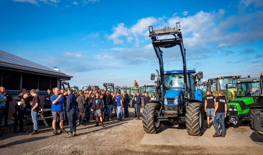 • Boeren uit de Krimpenerwaard kwamen bij elkaar op het erf van een boerderij langs de Goudseweg in Stolwijk om vandaaruit te vertrekken richting Den Haag.
