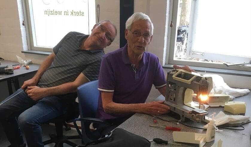 <p>Ton van Genderen repareert een naaimachine.</p>