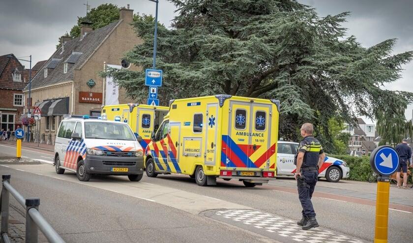 <p>&bull; Een voorbijganger reanimeerde de man, een ambulance bracht hem naar het ziekenhuis.</p>