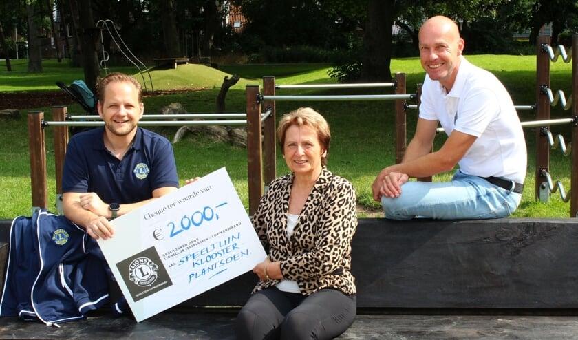<p>Bas van der Horst (links) en Arthur Wolters overhandigden een welkome cheque aan Carla Post.</p>