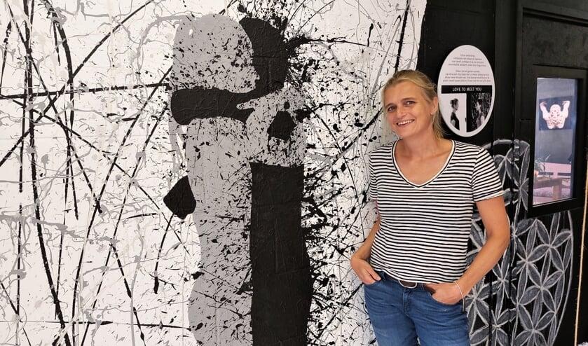 <p>Marieke Gaymans in haar Kunstgarage vol uitdagende objecten en activiteiten.&nbsp;</p>