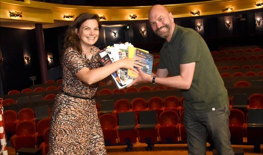 <p>Goudse Schouwburg programmeur Nicky van Rossum draagt haar taak over aan Alex Mooren.</p>