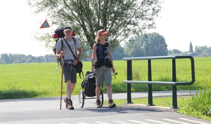<p>• Angela en Joop lopen richting de Donk.</p>