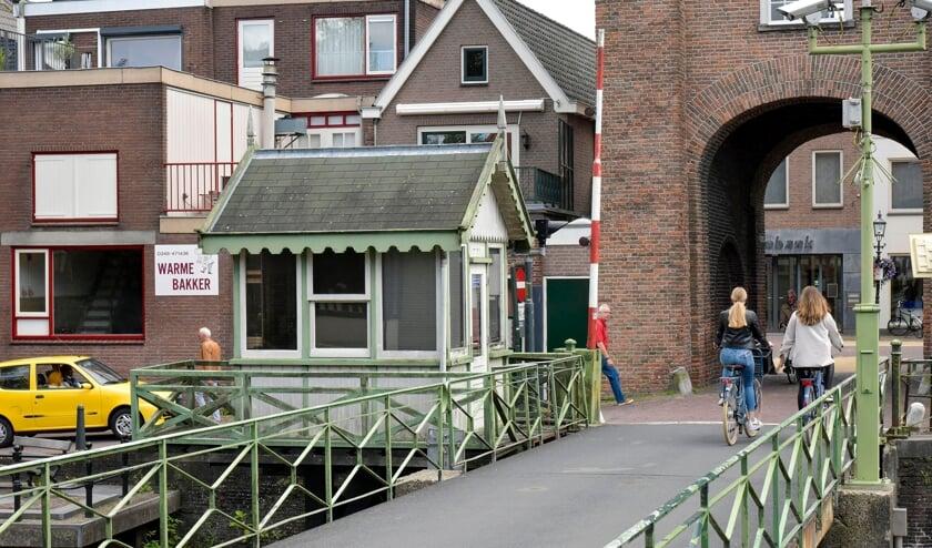 <p>Zowel de draaibrug als het brugwachtershuisje in Montfoort staan er, door jaren van achterstallig onderhoud, vervallen bij.&nbsp;</p>