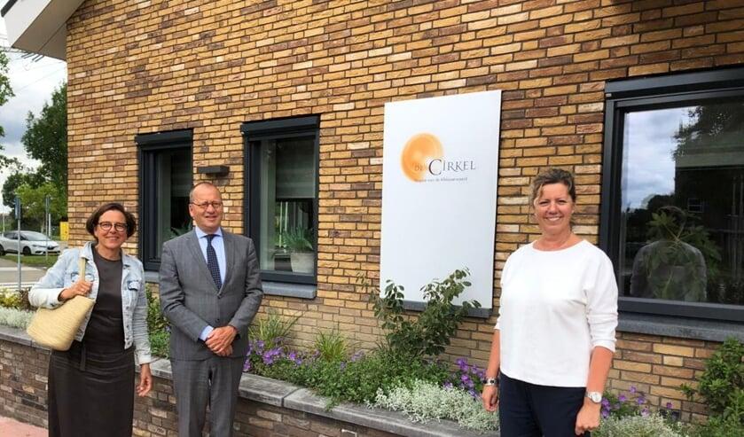 <p>&bull; Burgemeester Segers, zijn vrouw Anneke en manager Angelique de Wit merken dat het Papendrechtse hospice in Molenlanden nog te weinig bekend is.</p>