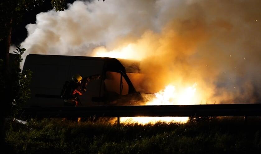 <p>Door de brand werd de bestelbus grotendeels verwoest.</p>