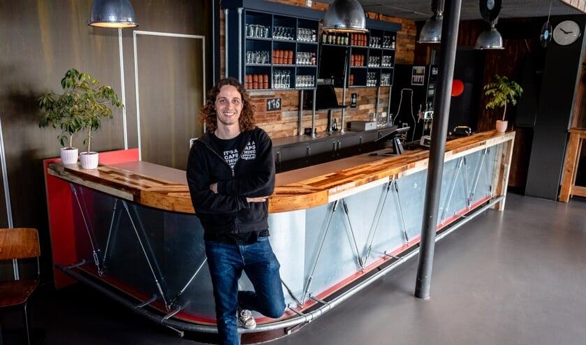 <p>Paul van Venrooij voor de bar van Capsloc</p>