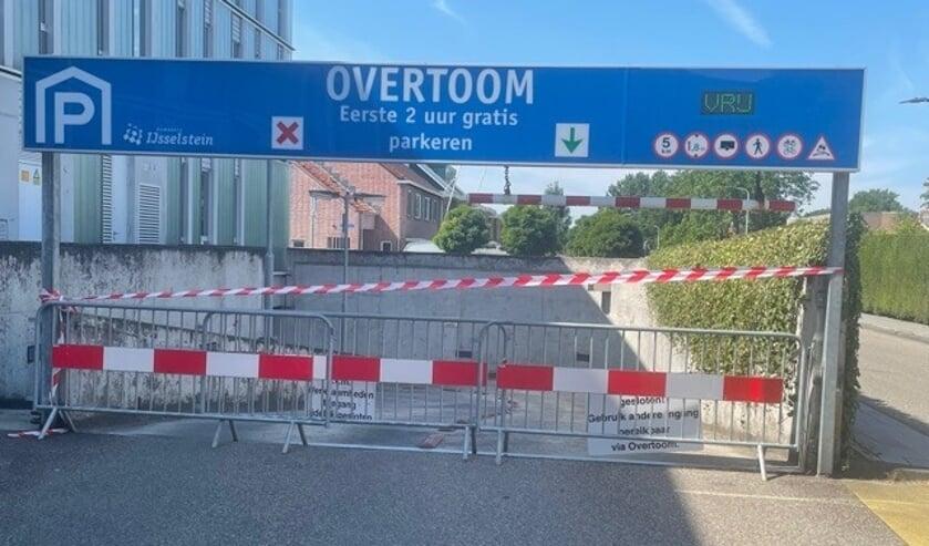 <p>Een van de ingangen was tijdelijk afgesloten in verband met schade door een aanrijding.</p>