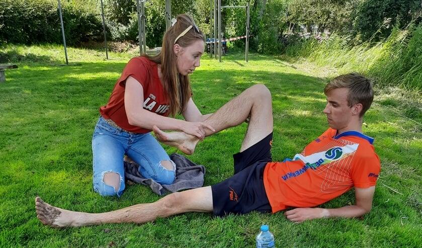 <p>Als toeschouwer én fysiotherapeute staat Wendy tijdens de tweekamp Holland-Friesland in Vlist spontaan een geblesseerde springer bij.</p>
