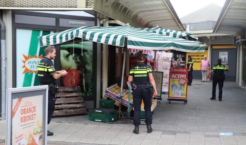 <p>Politie in het Winkelcentrum Achterveld na de overval op het Kruidvat.</p>