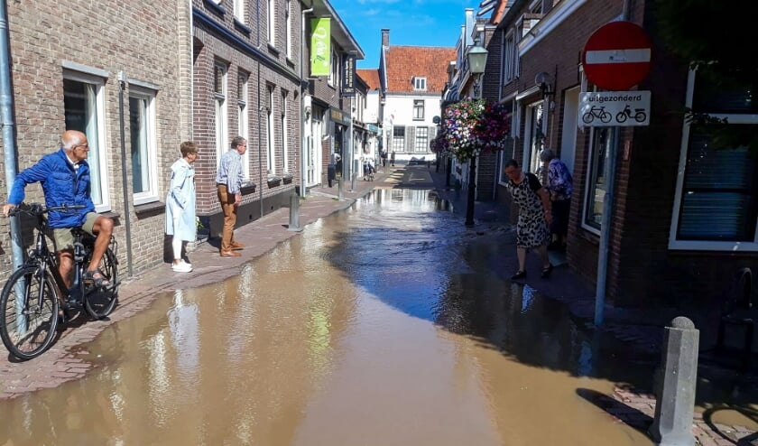 <p>De Keizerstraat na de gesprongen waterleiding.</p>