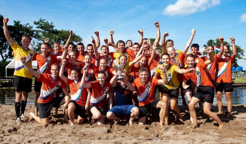 <p>Vreugde bij de Hollandse polsstokverspringers. De overwinning was even ruim als onverwacht.</p>