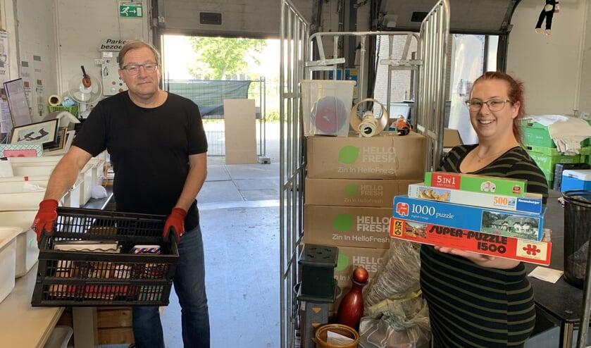 <p>Medewerkers Giel en Sanne werken wekelijks in het magazijn. </p>