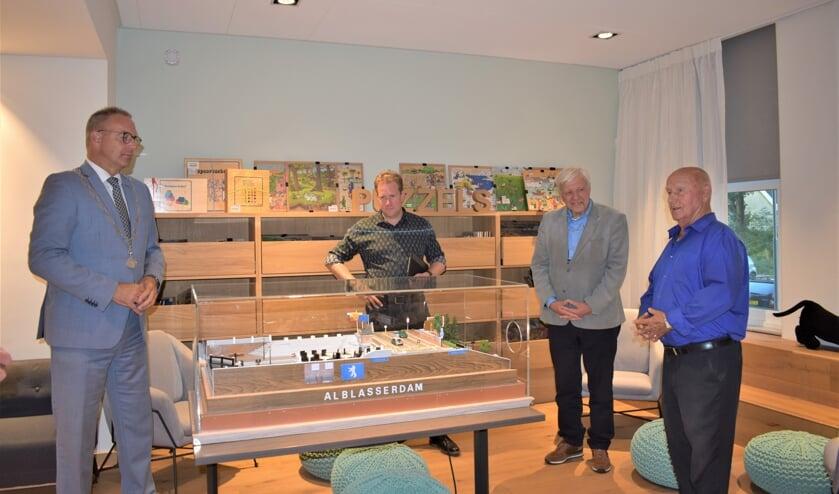 • Burgemeester Paans, fractievoorzitter Arco Strop van het CDA, Arie den Boer van Stichting Schutsluis Alblasserdam en Ger de Goede, maker van de maquette (v.l.n.r.).