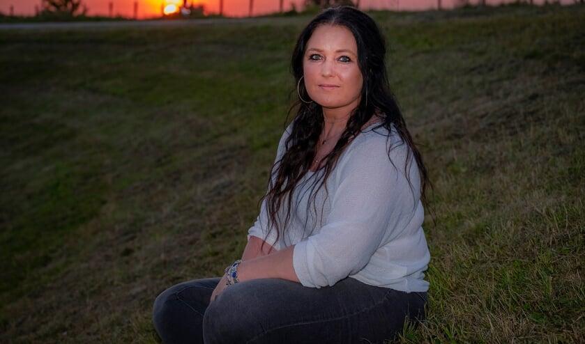 <p>&bull; Jolanda liet na zestien jaar haar borstprotheses verwijderen. </p>