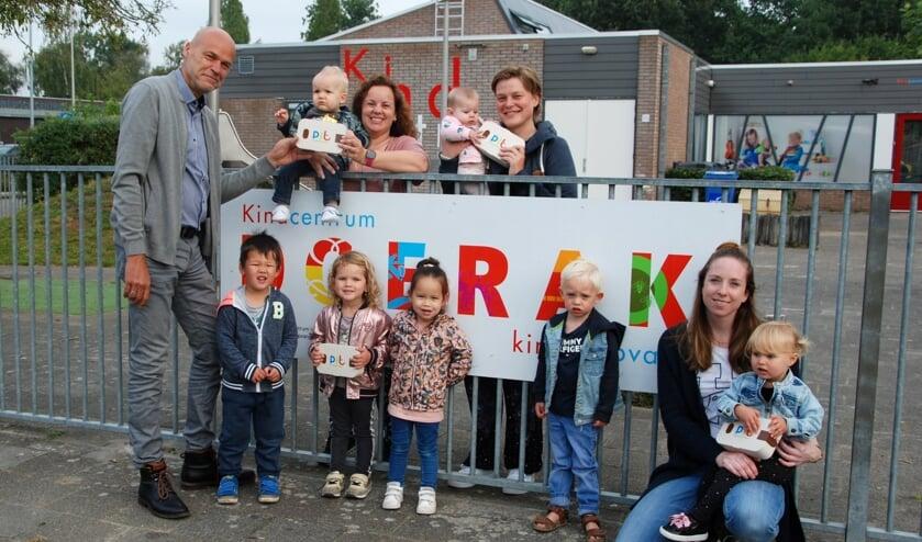 <p>• De PIT'ers van kindcentrum Doerak in Zwijndrecht kregen als eersten hun cadeau uitgereikt uit handen van bestuurder Ad Vos.</p>