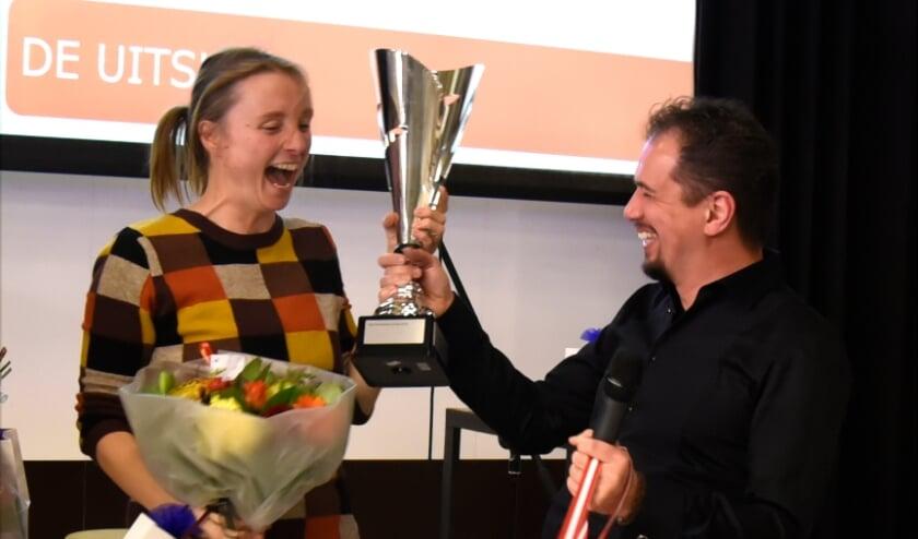 <p>&bull; Marjolein Pieks ontving de bokaal uit handen van Jefffrey van Geenen namens stichting Po&euml;ziestad</p>