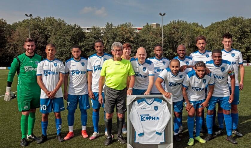 Cees Pols bij zijn afscheid, omringd door het eerste elftal van CVV Zwervers.