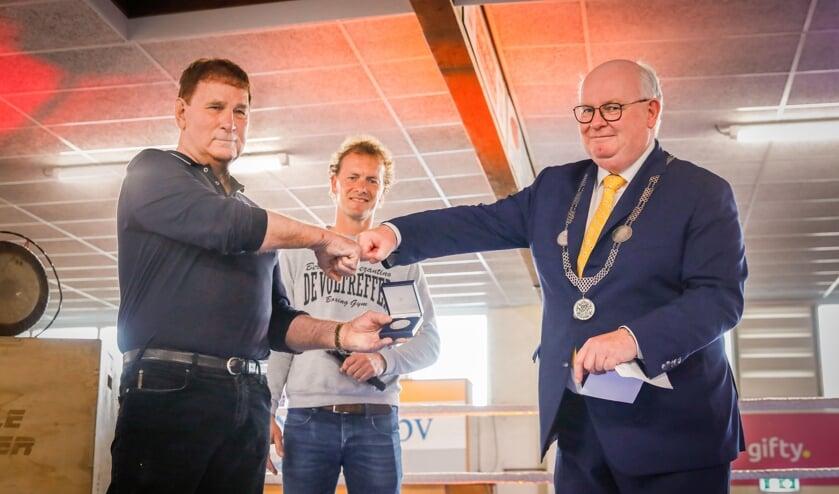 <p>Ben Zwezerijnen ontving vanochtend de Anna van Rijn-penning uit handen van burgemeester Frans Backhuijs. </p>