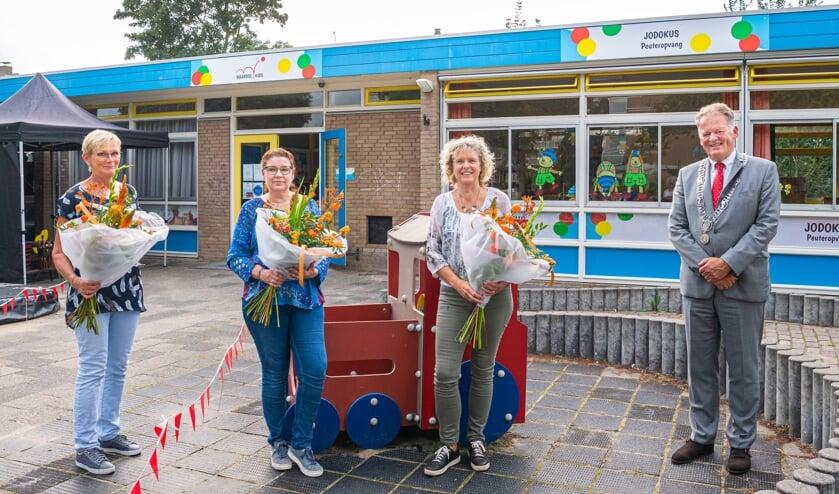 <p>&bull; Ans van Achthoven, Anja van Breukelen en Nel van den Bergh, met burgemeester Roel Cazemier.&nbsp;</p>