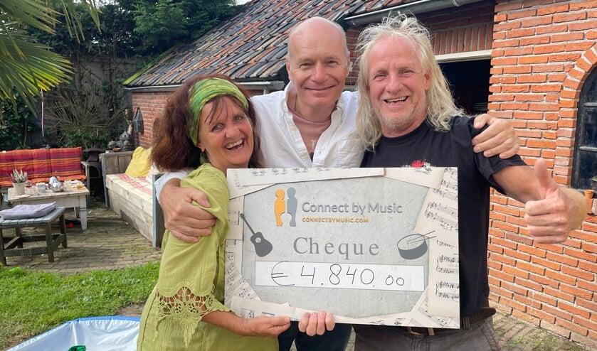 <p>Marian Bijvoet (l), directeur van CBM Adriaan Kok (m) en Rooie Arie (r) met de cheque van 4.840 euro.&nbsp;</p>