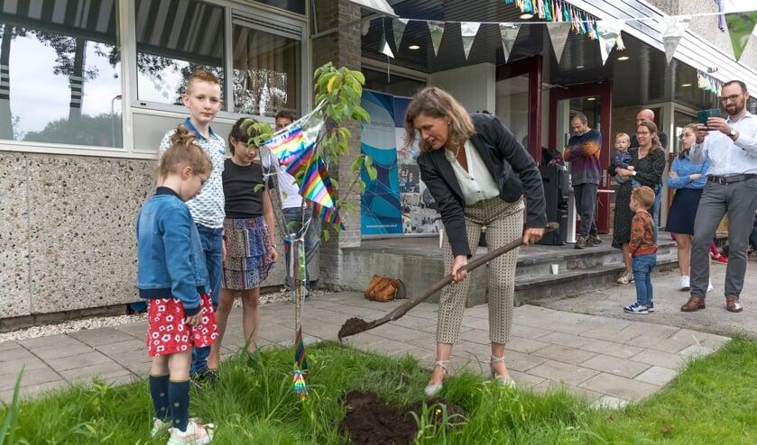 <p>Wethouder Corine Dijkstra plant een boom voor Domus</p>