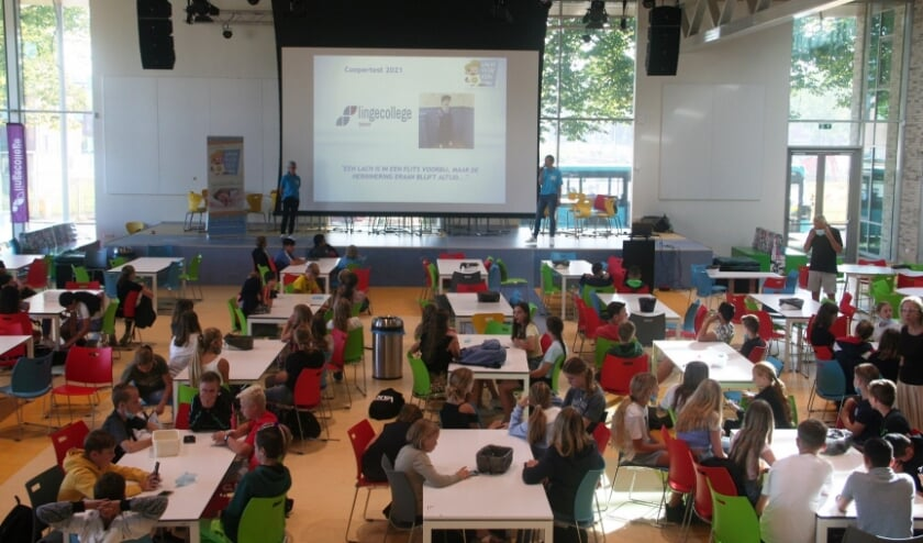 Stichting Lach voor een dag geeft een presentatie op het lyceum om de leerlingen uit te leggen wat de stichting precies doet.