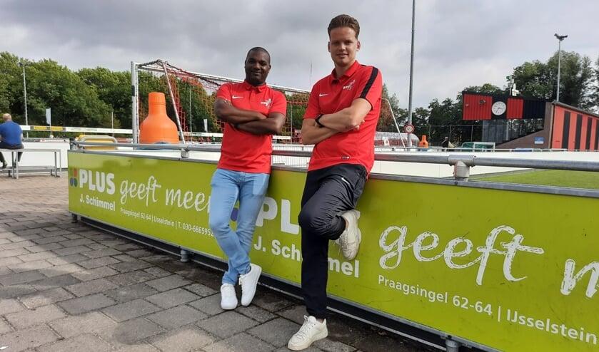 <p>Zondag-trainer Fabian Schaken (links) en aanvoerder Lejon Cats.</p>