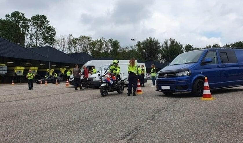 • De politie bracht voertuigen naar de controleplaats op een terrein van Rijkswaterstaat.