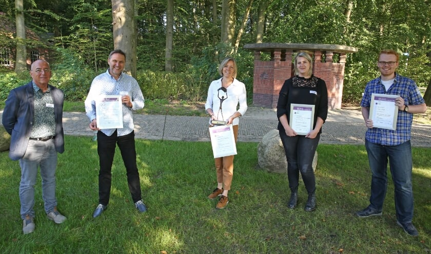 <p>• De genomineerden van de Prijs voor de Nieuwsbladjournalistiek. In het midden winnares Anne Marie Hoekstra, rechts naast haar Marieke Berkelaar, die mede namens Marijke Verhoef de oorkonde in ontvangst nam.</p>