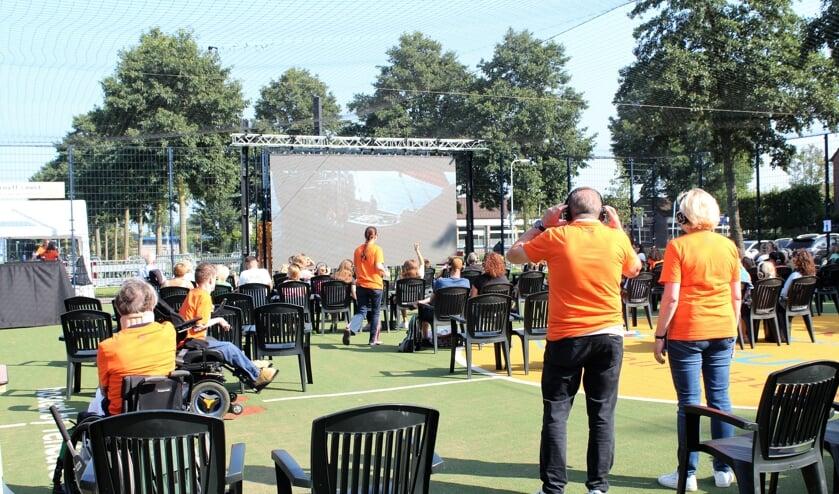 <p>&bull; Bezoekers voor het grote scherm van de openluchtbioscoop.</p>