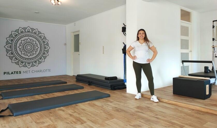 <p>Charlotte Peeters in haar studio voor klassieke pilates.</p>