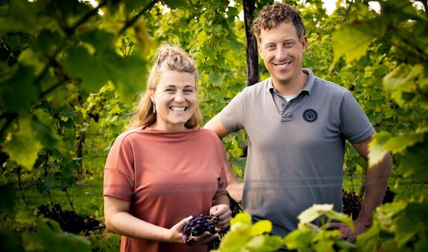 <p><strong>Arina van Leenen en Diederik Beker van het Betuws Wijndomein namen diverse medailles en ereprijzen in ontvangst.</strong></p>