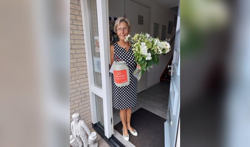 <p>&bull; Hennie Kortleve neemt felicitaties Nierstichting in ontvangst.</p>