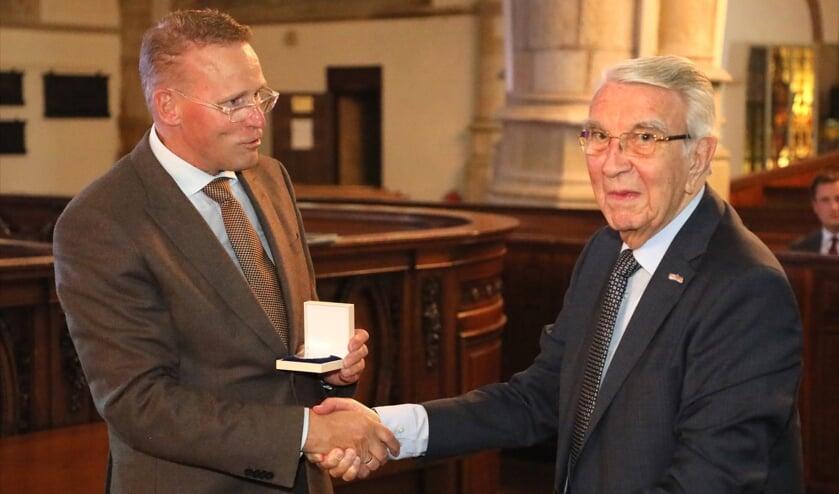 <p>Gerard van Nieuwpoort sr. ontving de erepenning &nbsp;van de Broederschap</p>