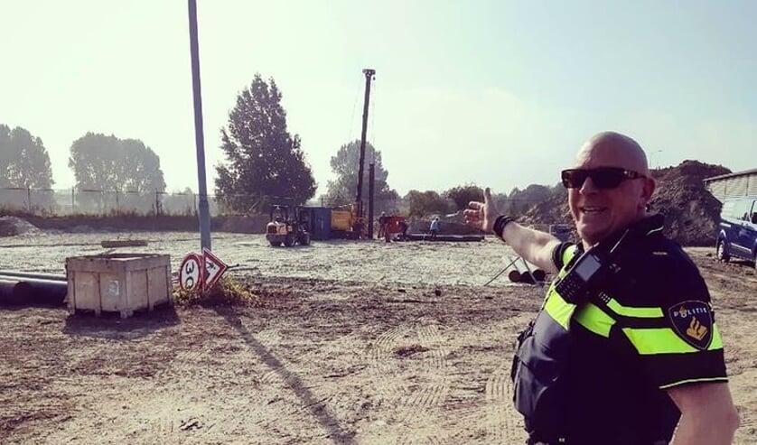 • Een van de agenten toont de plaats waar gebouwd wordt.