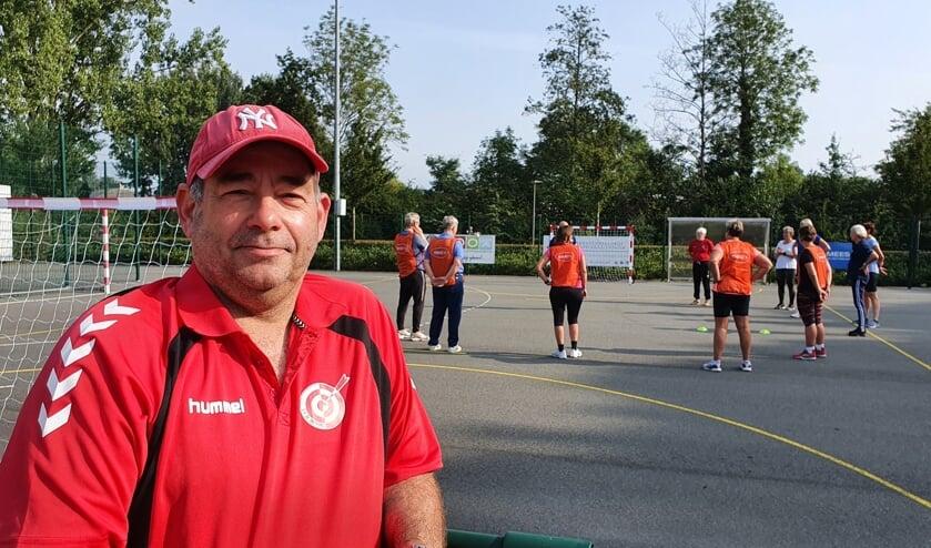 <p>&bull;&nbsp;<em>Onno Weggemans met op de achtergrond de walking handball-clinic op het Treffers-complex.</em></p>