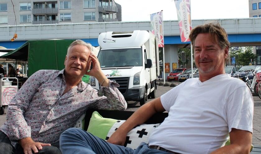 Charles Vermeer (links) en Gertjan Essenstam (rechts) op het Stadsplein in Capelle.