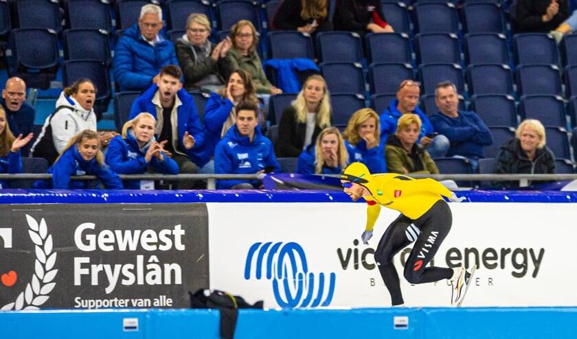 <p>&bull; Patrick Roest passeert de meegereisde Lekstreek-supporters tijdens zijn winnende 3.000 meter op het NK Clubs.</p>