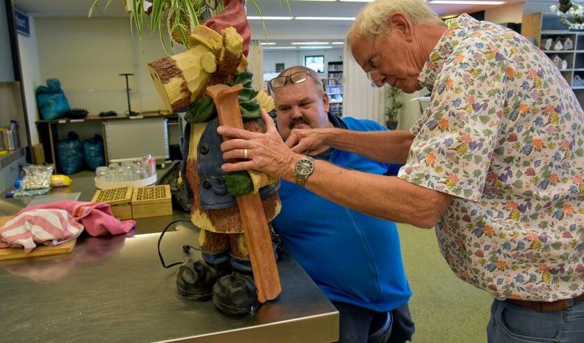 <p>Rob van Dijk probeert in het nieuwe Repair Caf&eacute; van de SWOM het &#39;rendier&#39; van Wulfert Paling te repareren.</p>