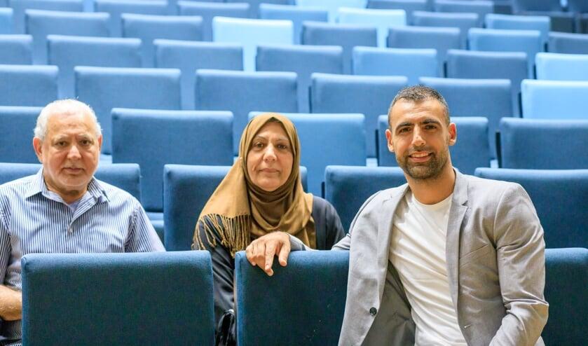 <p>Amin Asad (rechts) met zijn ouders in de collegezaal. Asad is docent recht op zowel het mbo als het hbo. Dit jaar werd hij bekroond tot Docent van het Jaar van Hogeschool Utrecht. </p>