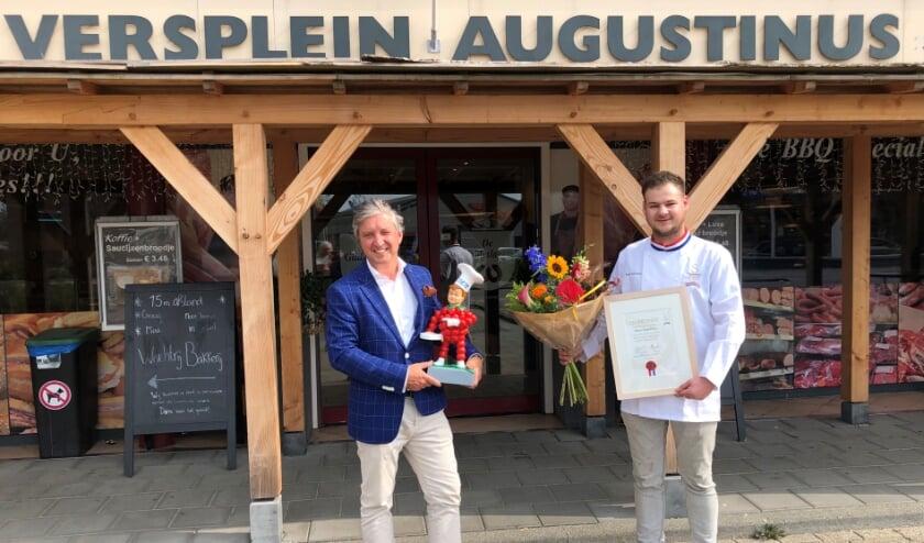 Burgmeester Hans Beenakker feliciteert Johan Augustinus met het behalen van de titel Meesterslager