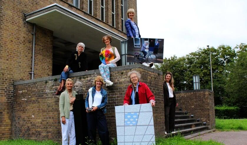 <p>Zes van de twaalf deelnemende beeldend kunstenaars van het IJsselsteins Kunstcaf&eacute;. Rechts commercieel manager Anne-Marie Vos van Het Zendstation.</p>