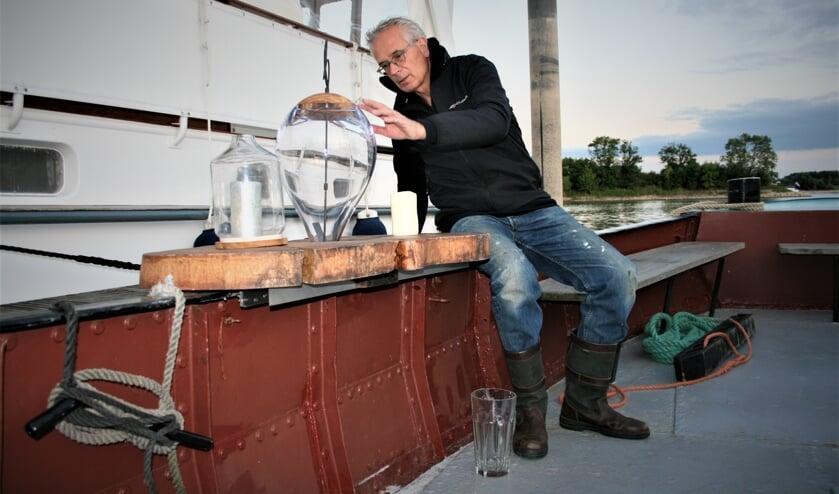 <p>Secretaris Roemer Daalderop laat de as-verstrooiingsinstallatie op de Neeltje Jantje zien.</p>