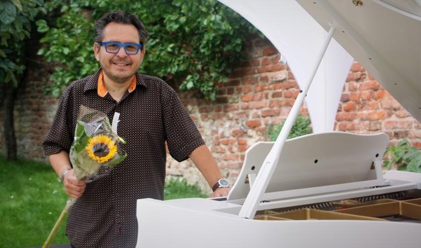 <p>E&eacute;n van de deelnemers: de Nederlandse jazzpianist en componist Mike del Ferro achter Het Weeshuis.</p>