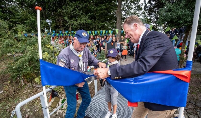 <p>&bull; Het doorknippen van het lint door burgemeester Roel Cazemier en het jongste en oudste scoutinglid.</p><p><br></p>