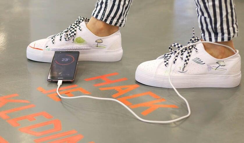 <p>Laad met je schoenen je telefoon op tijdens de #WorkshopWoensdag in de bieb.&nbsp;</p>