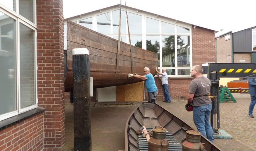 <p>Het laadruim van Zandschip Christina werd verplaatst. Het is nu een doorgang tussen het bezoekerscentrum en de expositieruimte van Museumwerf Vreeswijk.</p>