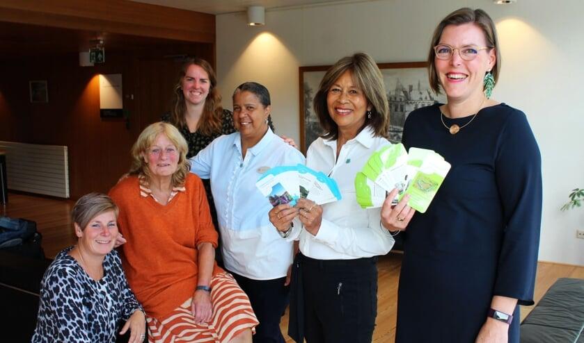 <p>Wethouder Eveline Schell (rechts) kreeg dinsdag van de Werkgroep Dementievriendelijk IJsselstein de eerste dementiewijzer.</p>
