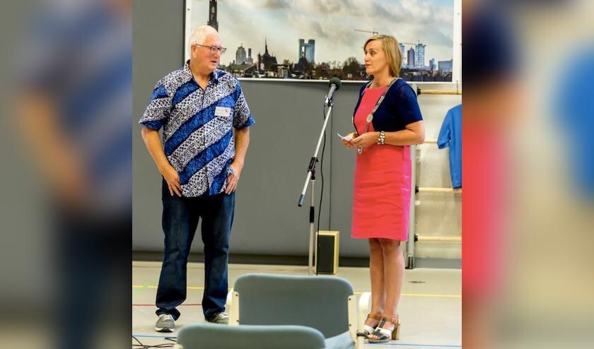 <p>De heer Van Ginkel met locoburgemeester Ellie Eggengoor.</p>
